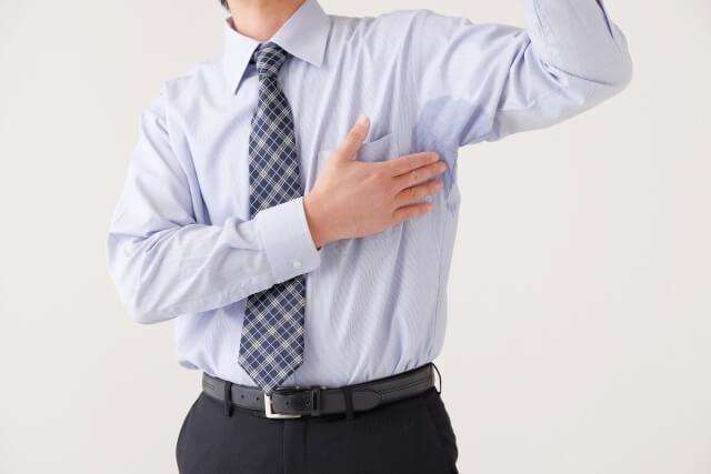 脇汗を気にする男性
